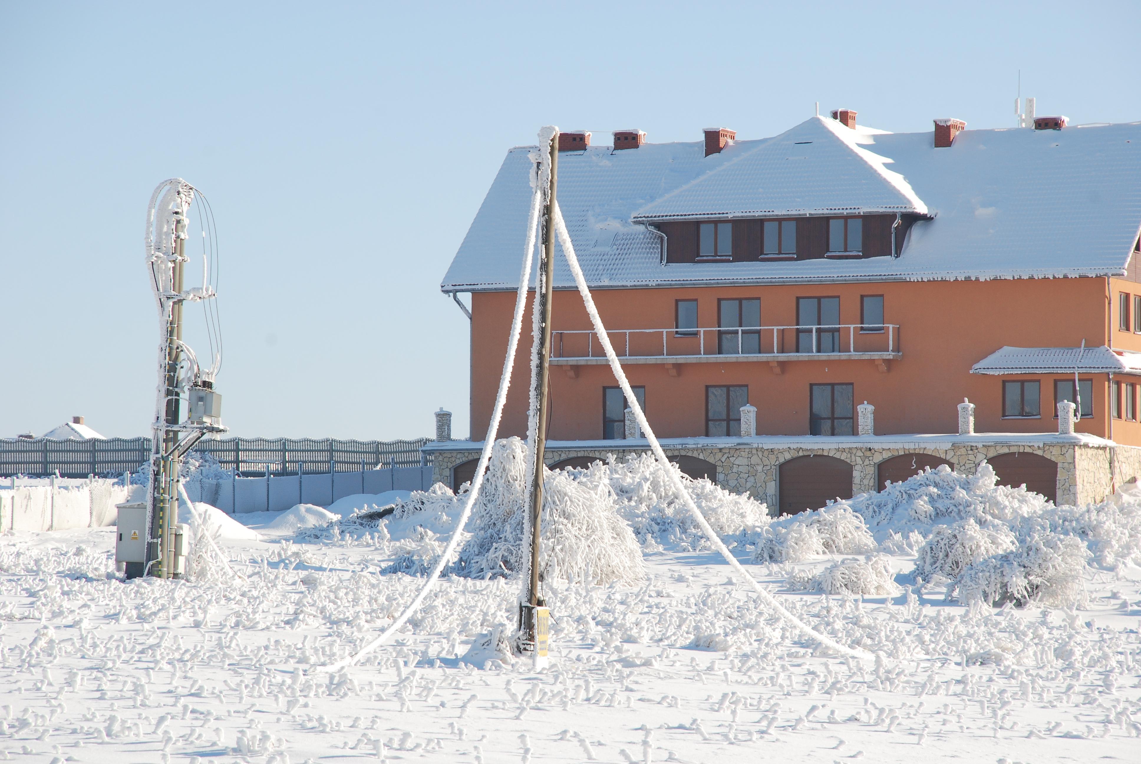 Awaria sieci energetycznej wywołana nadmiernym ciężarem osadu szadzi, gołoledzi i śniegu (okolice Ojcowskiego PN, styczeń 2010) (fot. Z. Ustrnul)